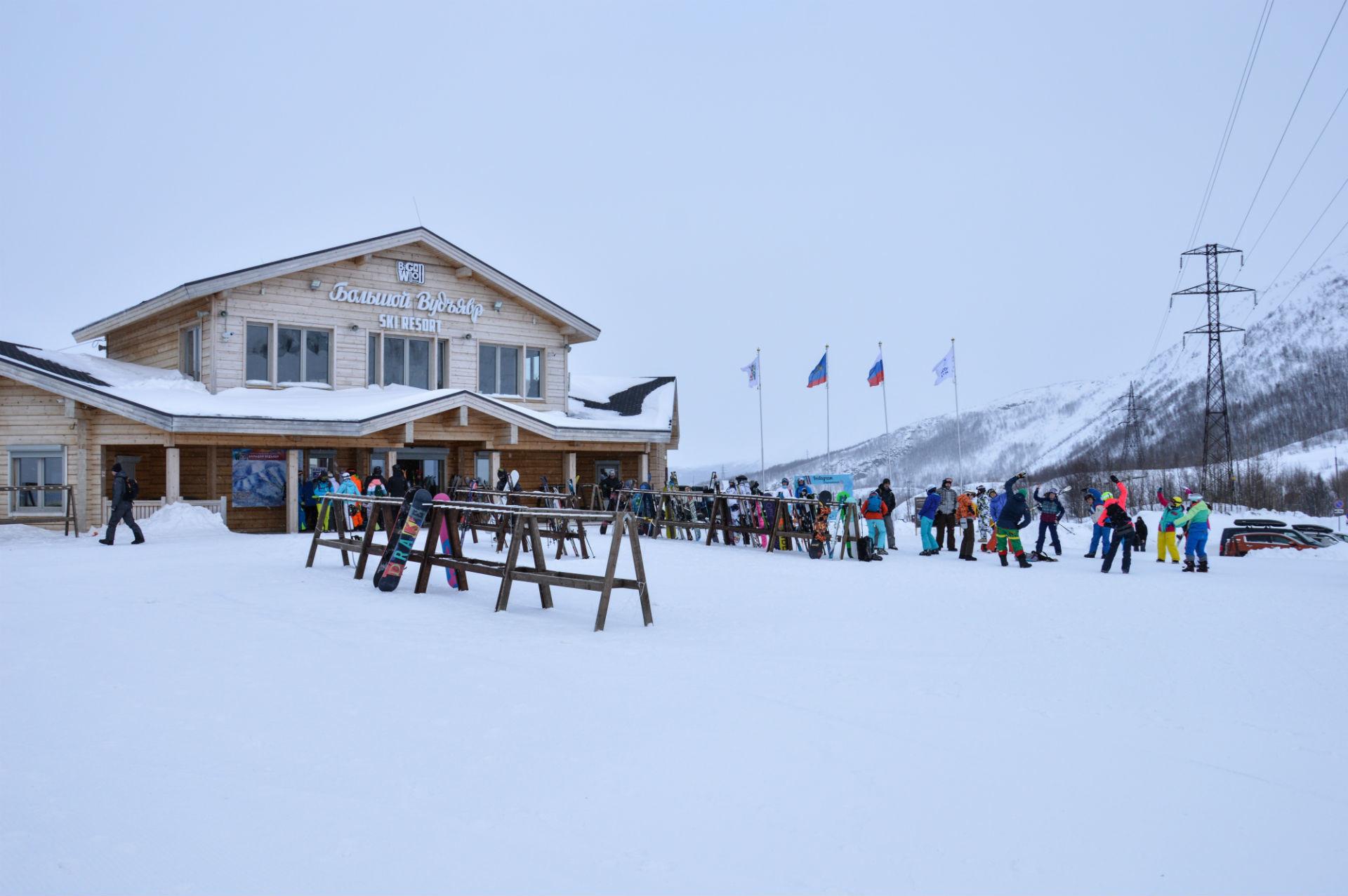 V novo smučarsko središče se steka množica turistov.