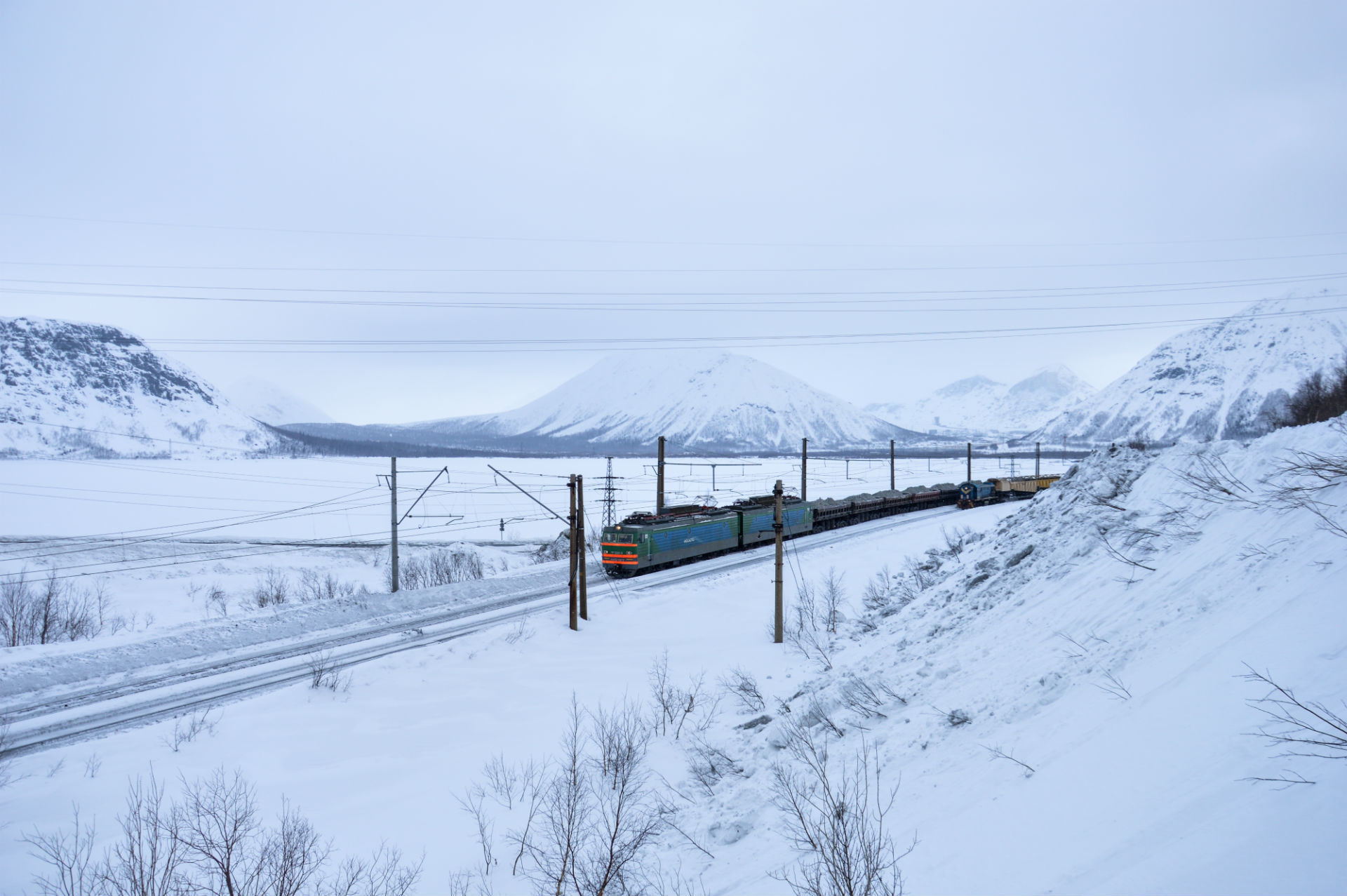 Rudarski vlak hrumi med gorami.