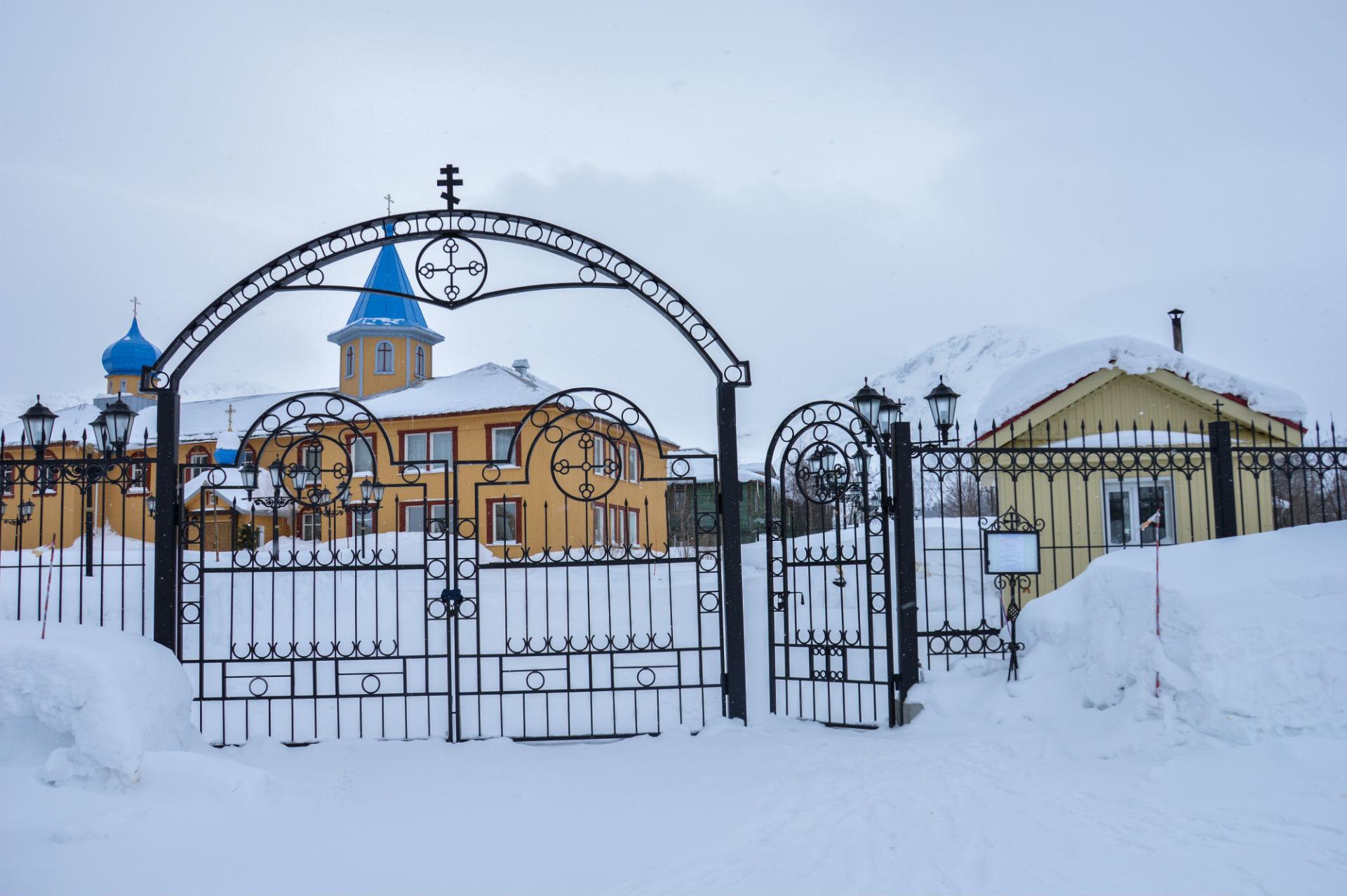 Barvit samostan ob vznožju gore je dobrodošla sprememba bele snežne monotonosti pokrajine.