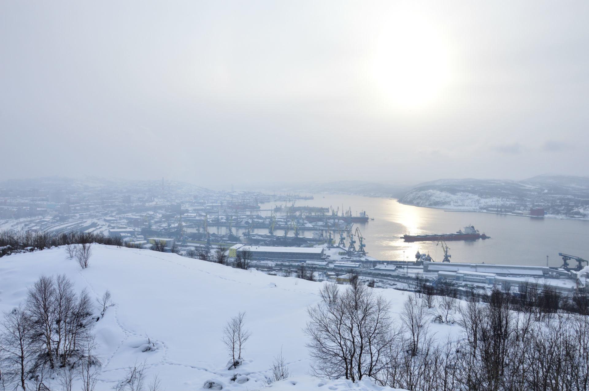 Obzorje izginja za debelim slojem megle in snega.
