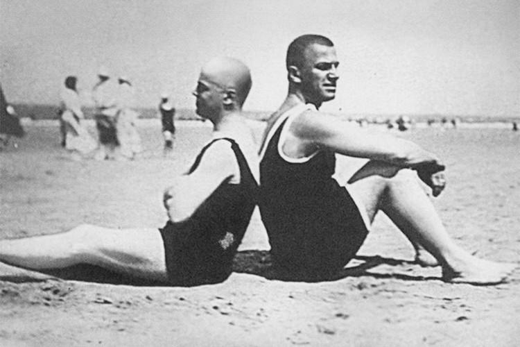 Chklóvski e Maiakóvski na praia, na ilha Norderney, na Alemanha, em 1923. Foto de Osip Brik.