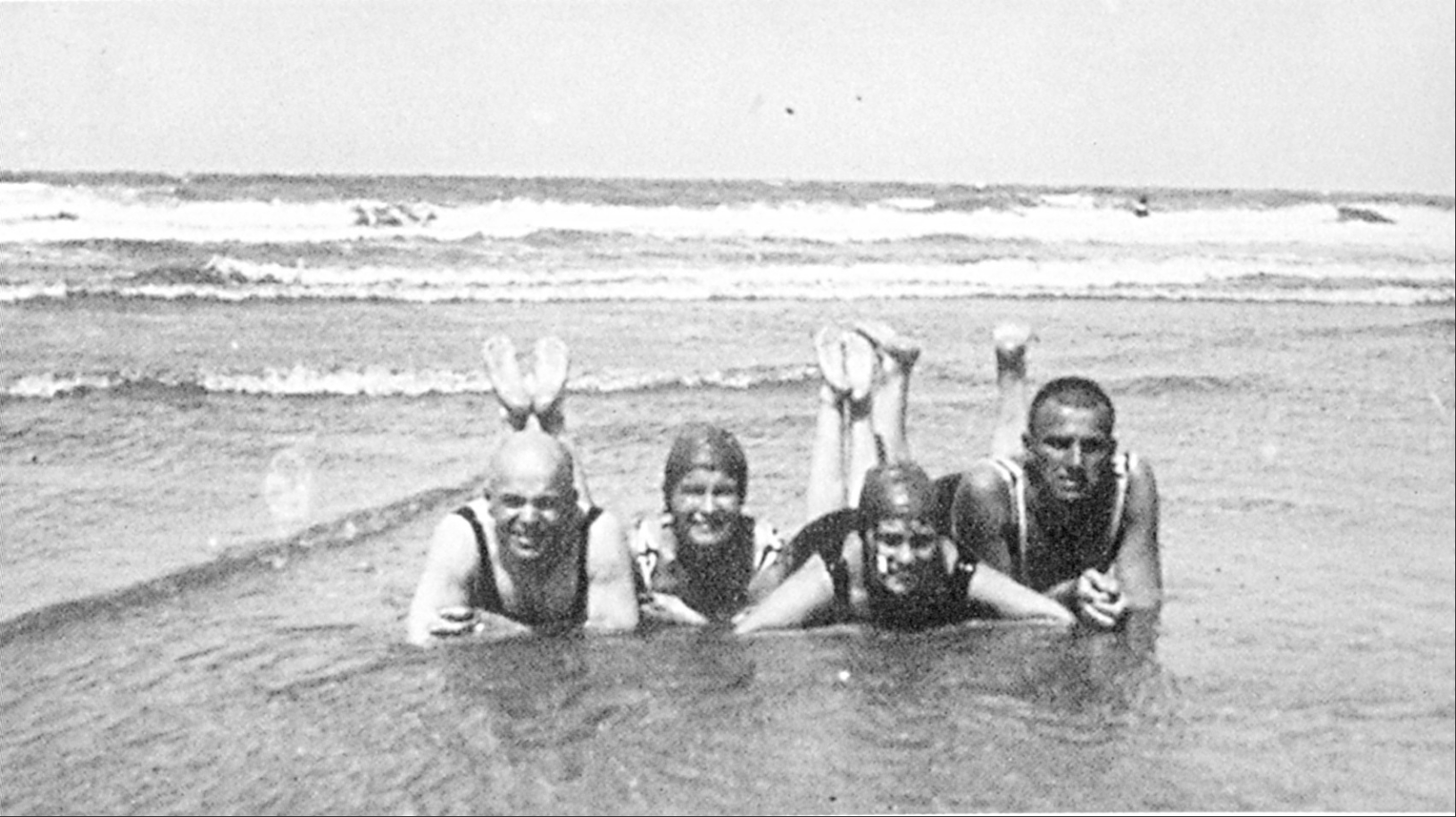 Chklóvski, R.S.Kuchner, Lilia Brik e Maiakóvski na praia, na ilha Norderney, na Alemanha, em 1923.