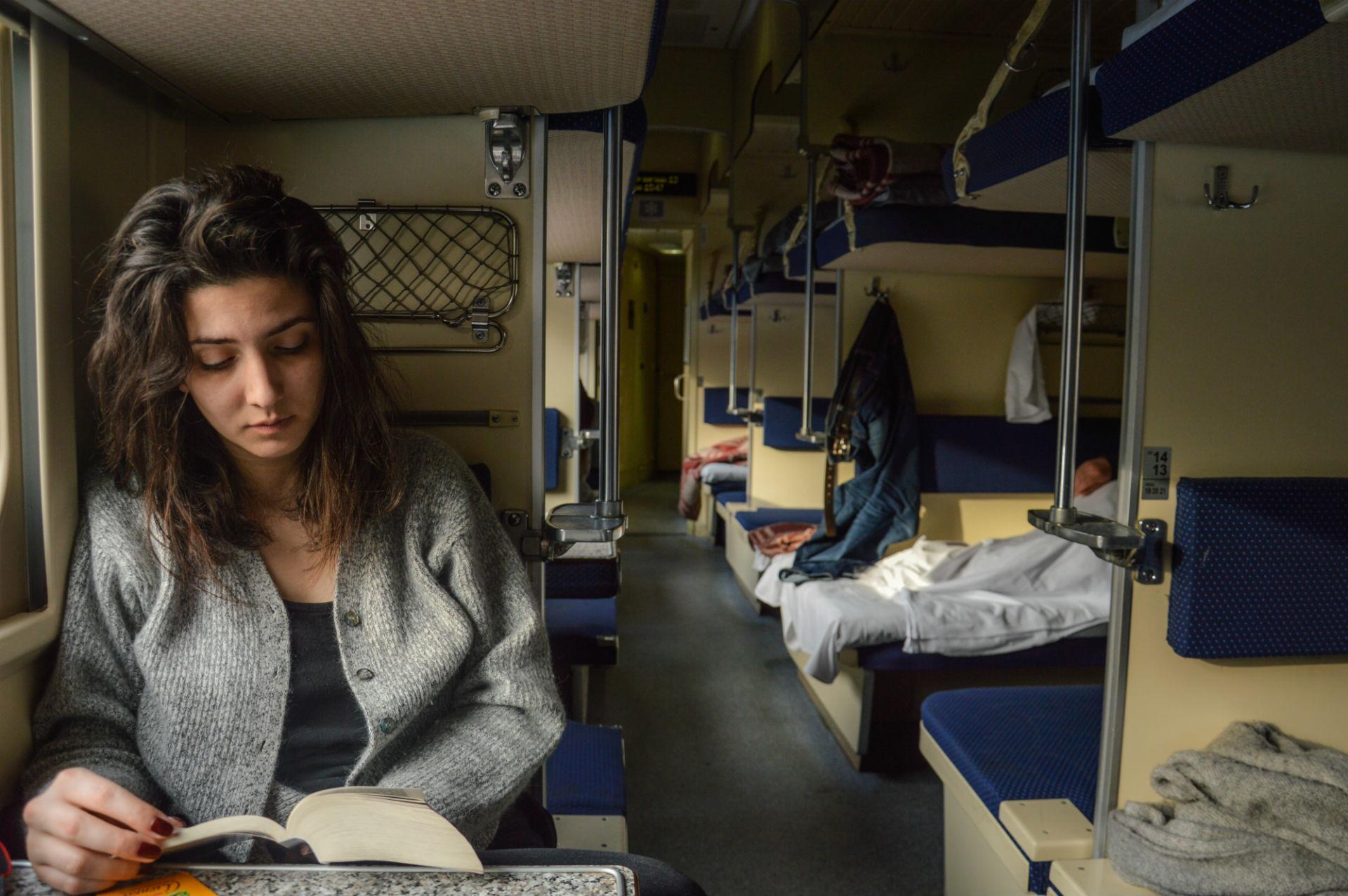 """Come passare il tempo durante un lungo viaggio su un treno russo? Con una lettura leggera. Che ne dite di """"Anna Karenina""""?"""