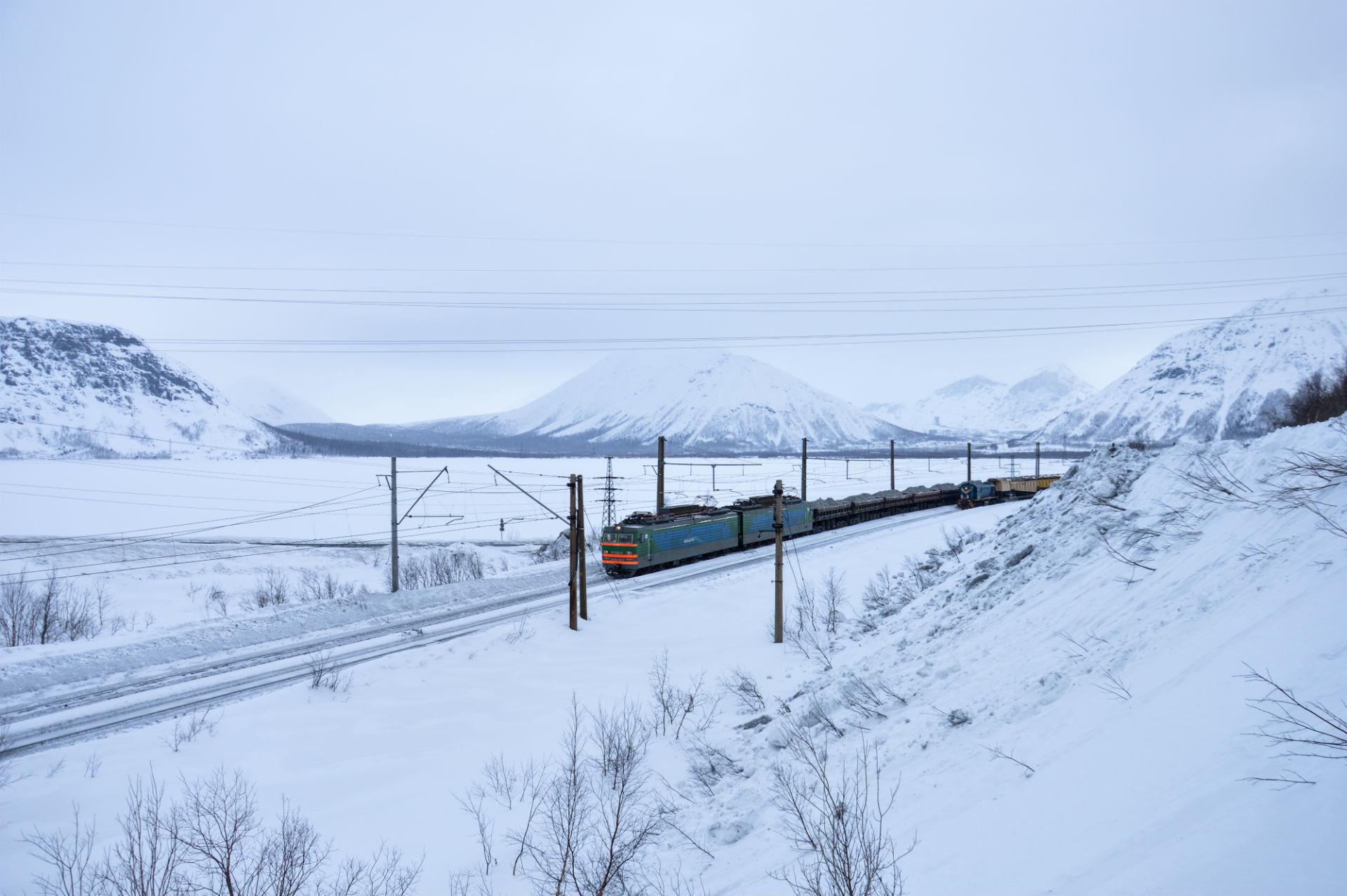 Un treno merci carico di minerali si snoda sui binari
