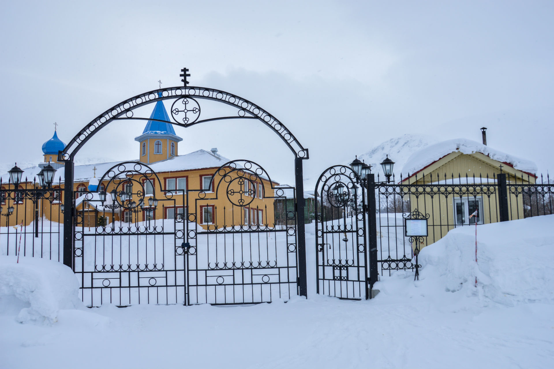 Situato ai piedi delle montagne, il monastero porta un tocco di colore in un ambiente monocromatico
