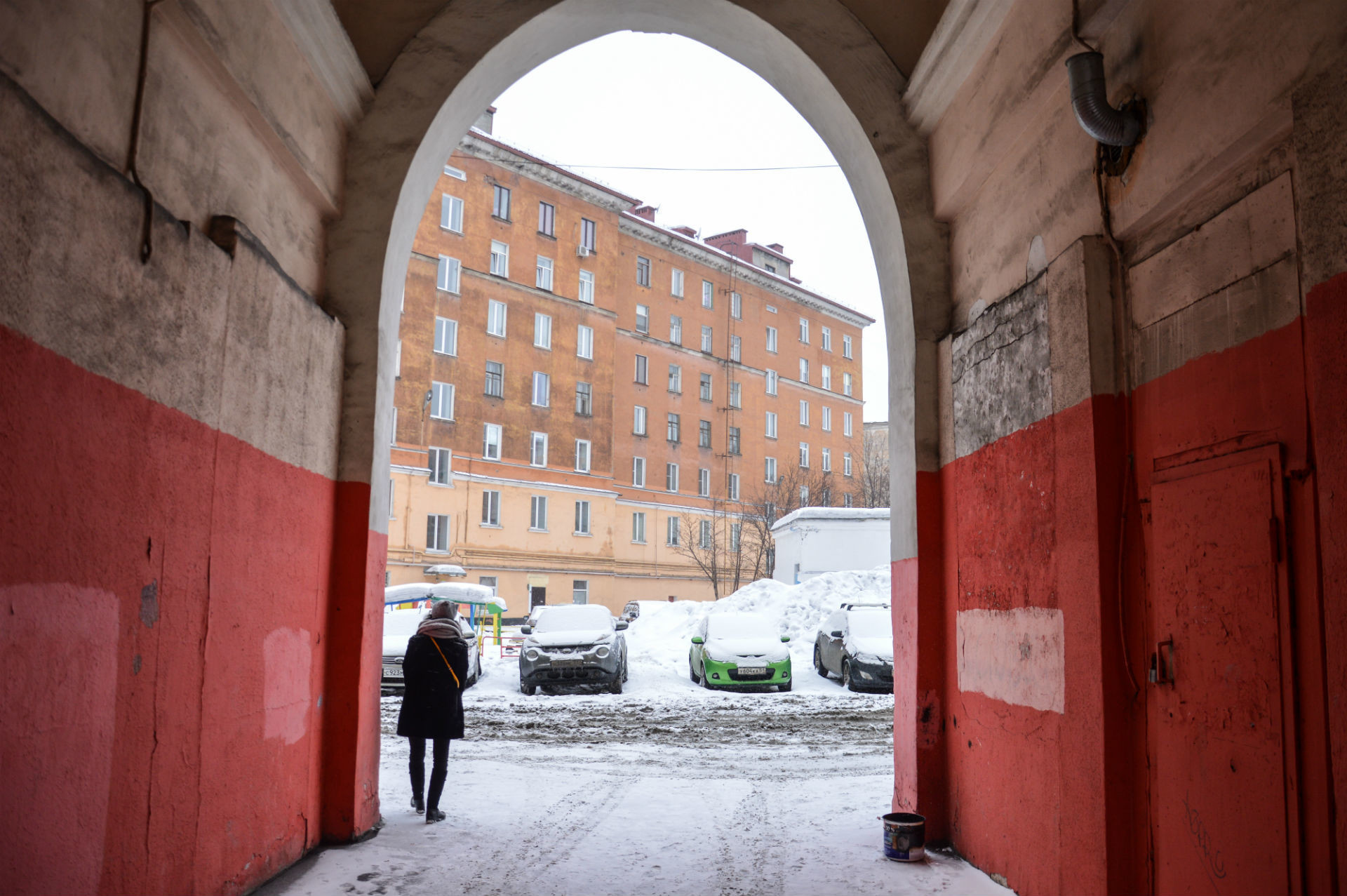 Gli archi che conducono a un cortile parlano del passato sontuoso della città
