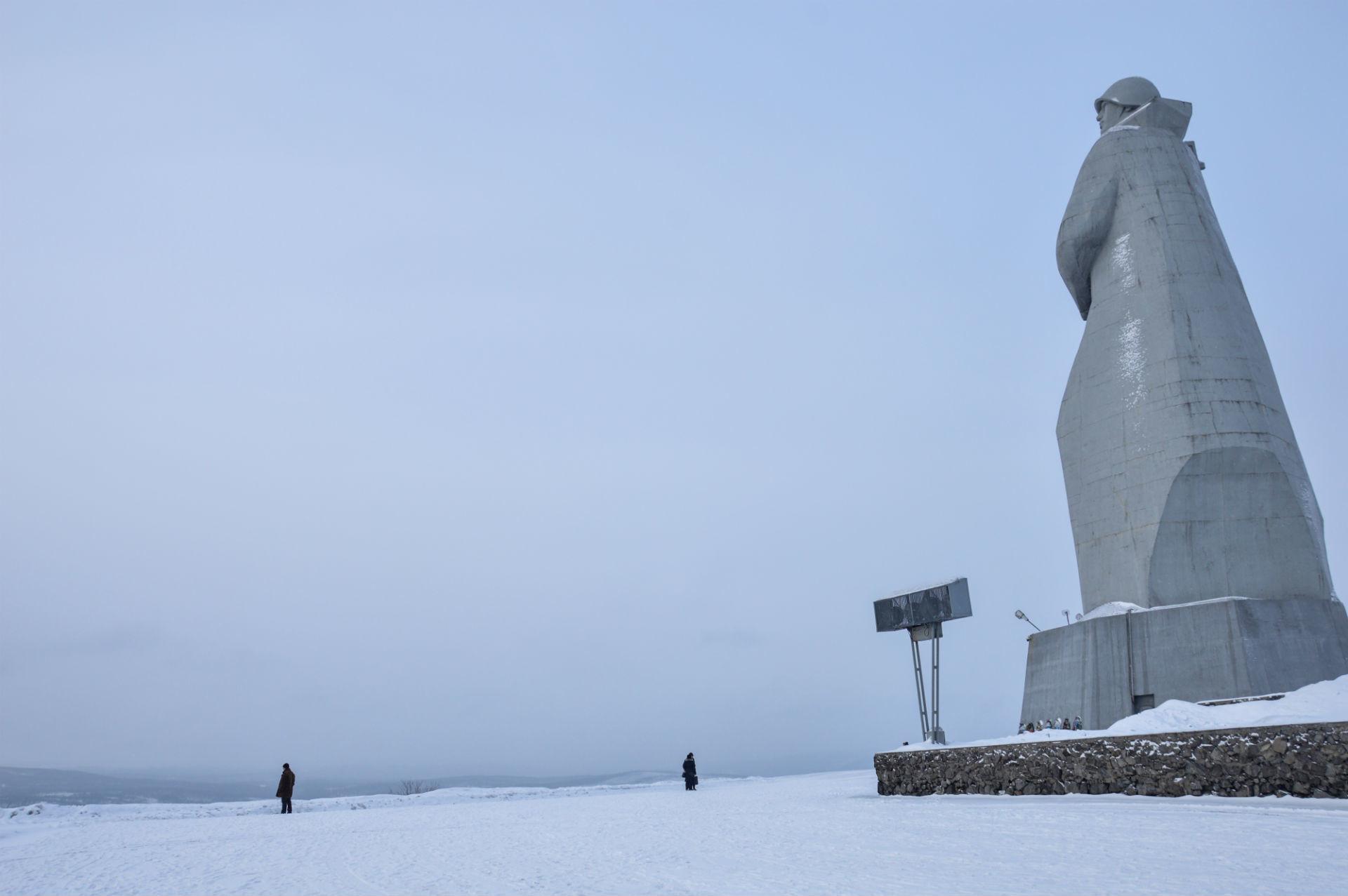 Se vi sentite sminuiti dalle dimensioni di questa statua, credetemi, non è niente in confronto all'enormità della penisola di Kola