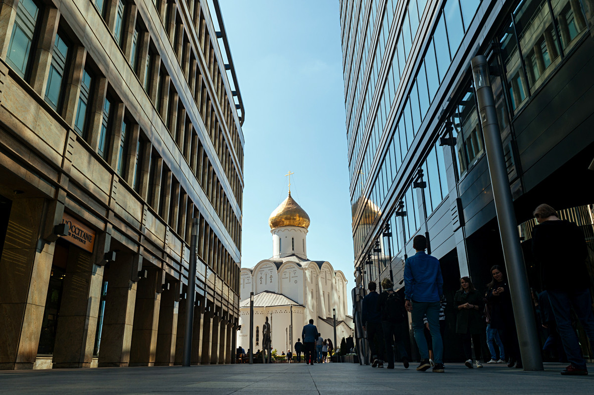 L'église Saint-Nicolas des vieux-croyants (1914-1921), entourée par les immeubles de bureaux du complexe « Place Blanche » (2011), place Tverskaïa Zastava.