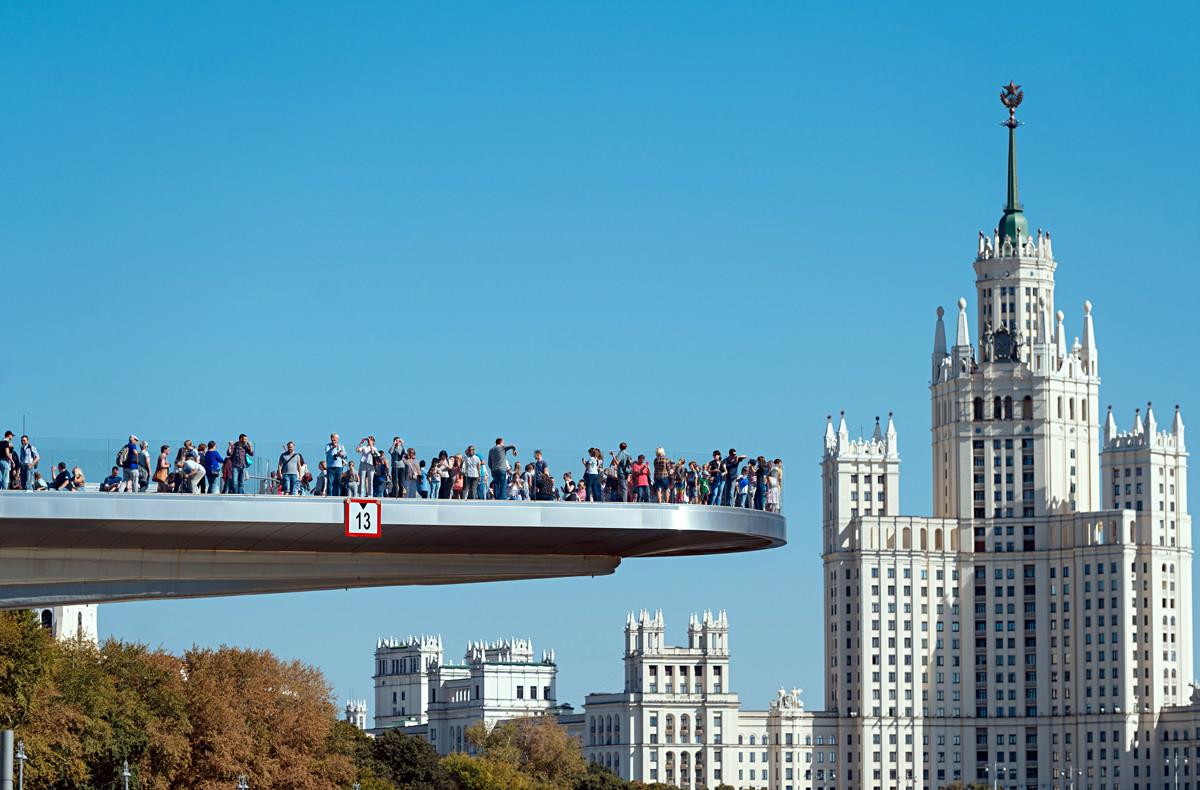 Le « pont flottant » du parc Zariadie (2017) et, en fond, le gratte-ciel du quai Kotelnitcheskaïa (1952).