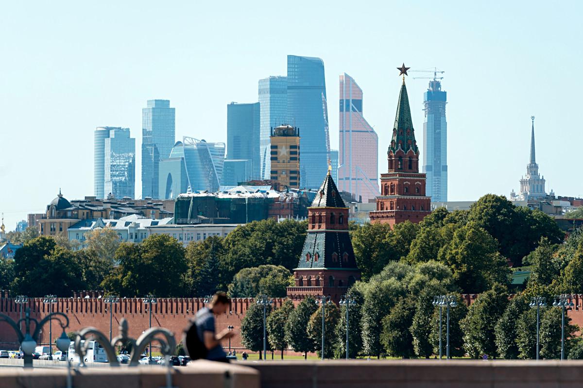 Le Kremlin (XIVe siècle) mis en perspective avec le quartier international des affaires Moscow-City (années 2010).