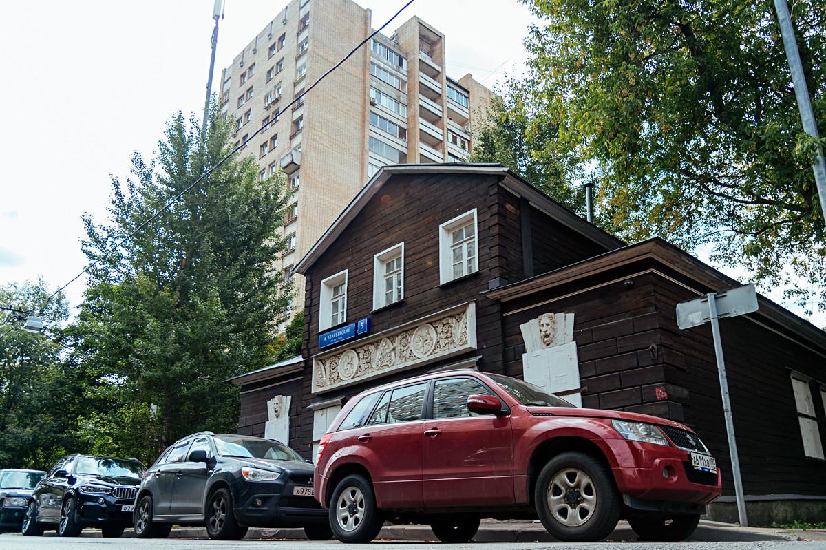 La maison de P. Fiodorov (après 1812), sur la rue Maly Vlassievski, dominée par des immeubles d'appartements des années 1970.