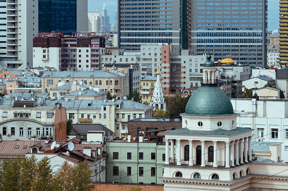 Mélange d'époques et de styles dans le centre de Moscou (depuis la rue Maly Vlassievski en regardant vers le Nouvel Arbat).