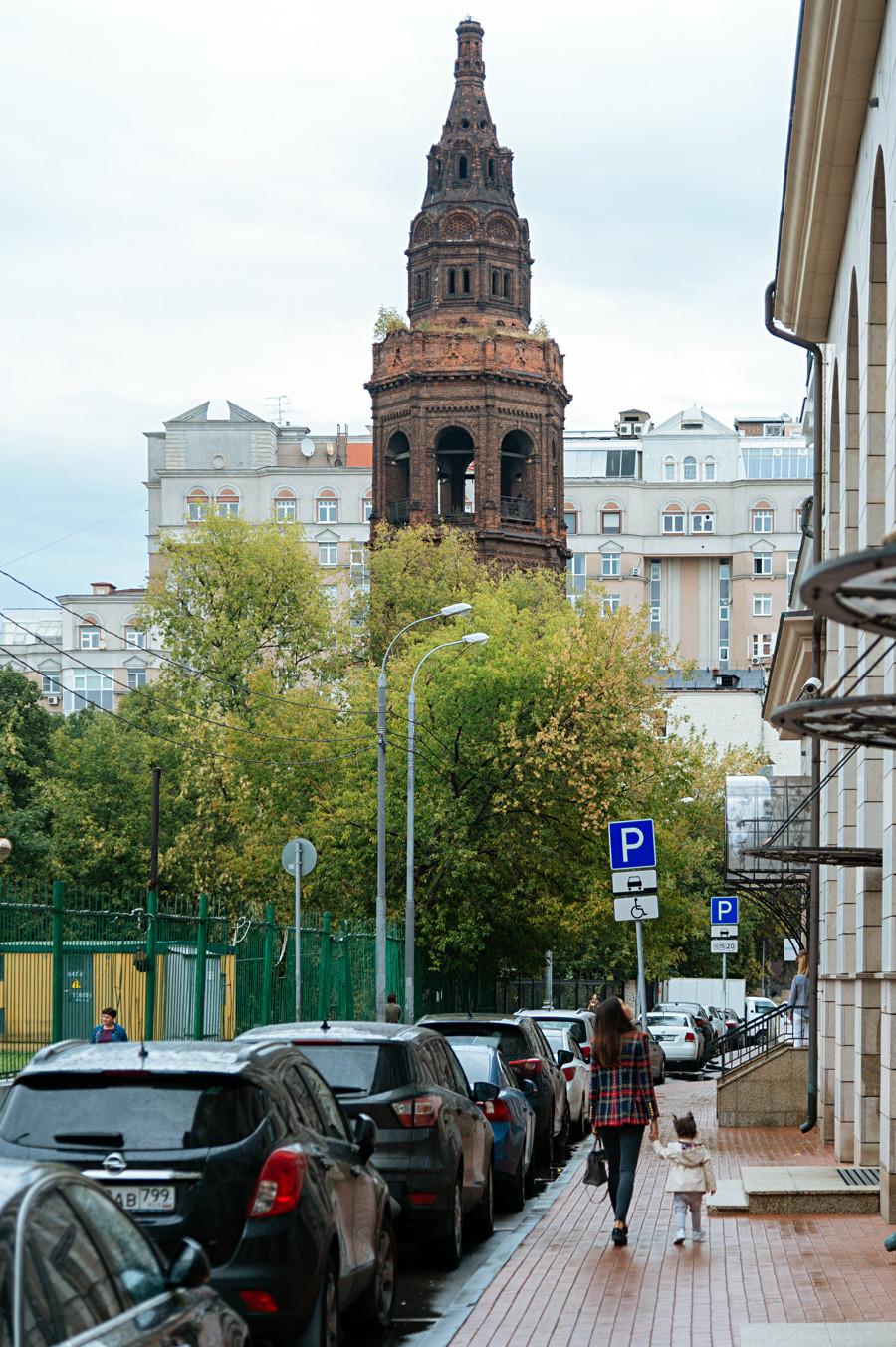 Clocher de l'église Saint-Nicolas (1905) au milieu d'édifices résidentiels, sur la rue Dolgoroukovskaïa.