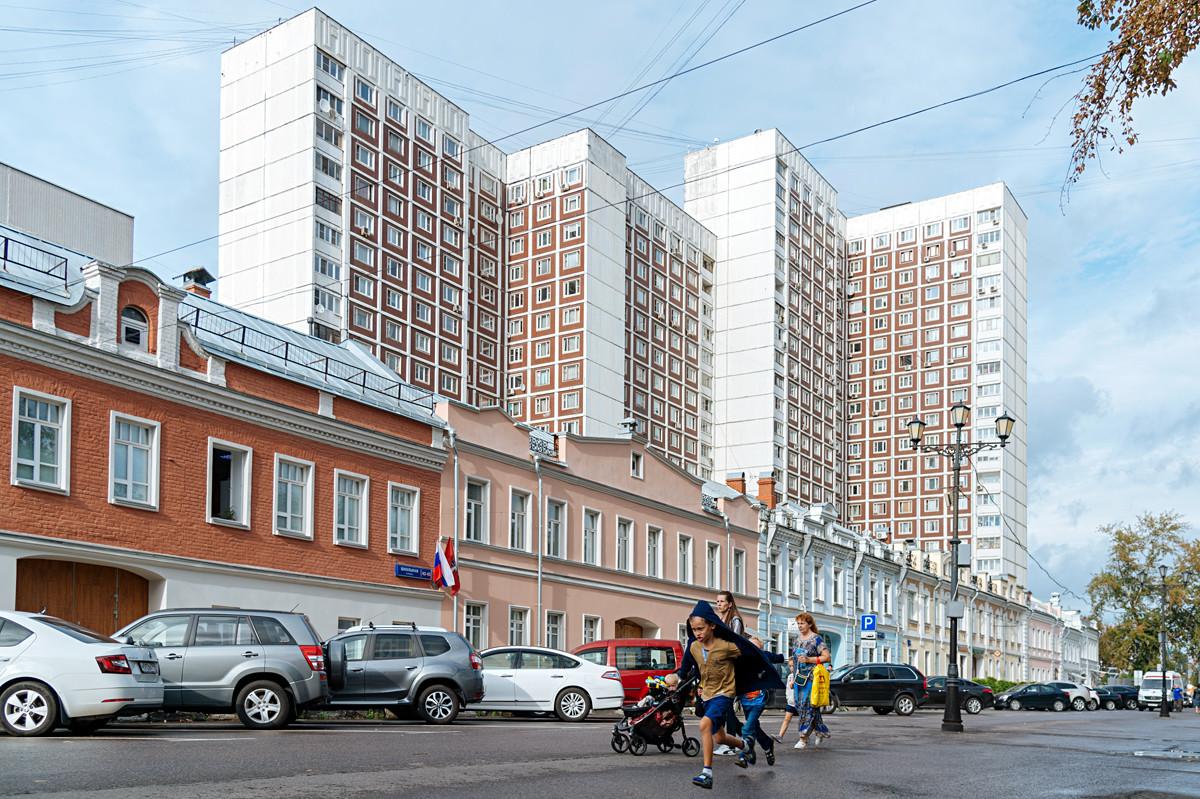 Rue Chkolnaïa, bâtiments du XIXe siècle devant des immeubles des années 1970.