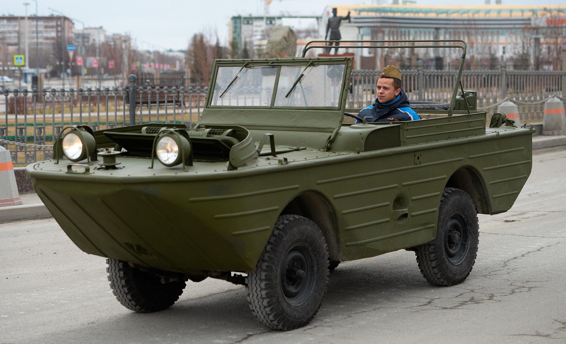 Плаващият автомобил ГАЗ-46 на репетиция за военния парад по повод 73-годишнината от победата във Великата отечествена война в гр. Верхная Пимша в Свредловска област.