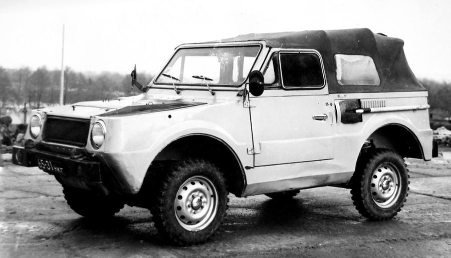 Лекият плаващ автомобил ВАЗ-2Э2122