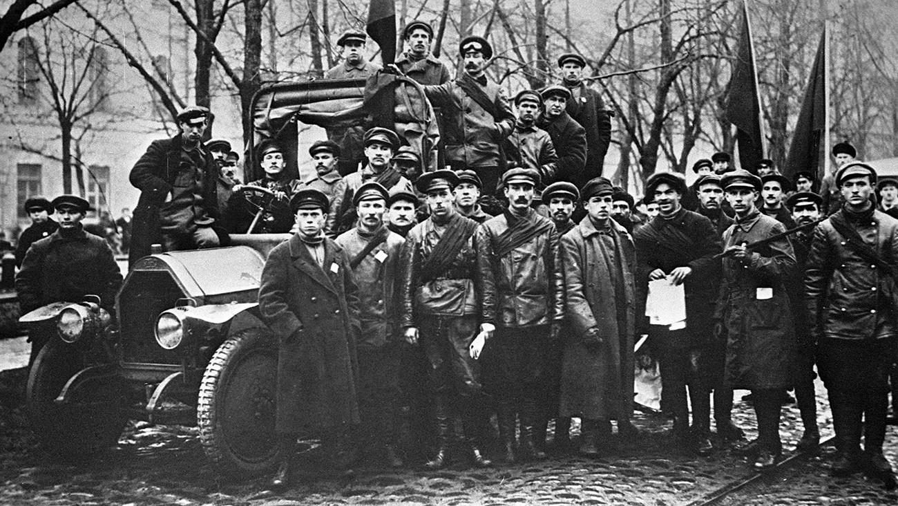 Guardias Rojos en el bulevar Konnogvardeiski, San Petersburgo.