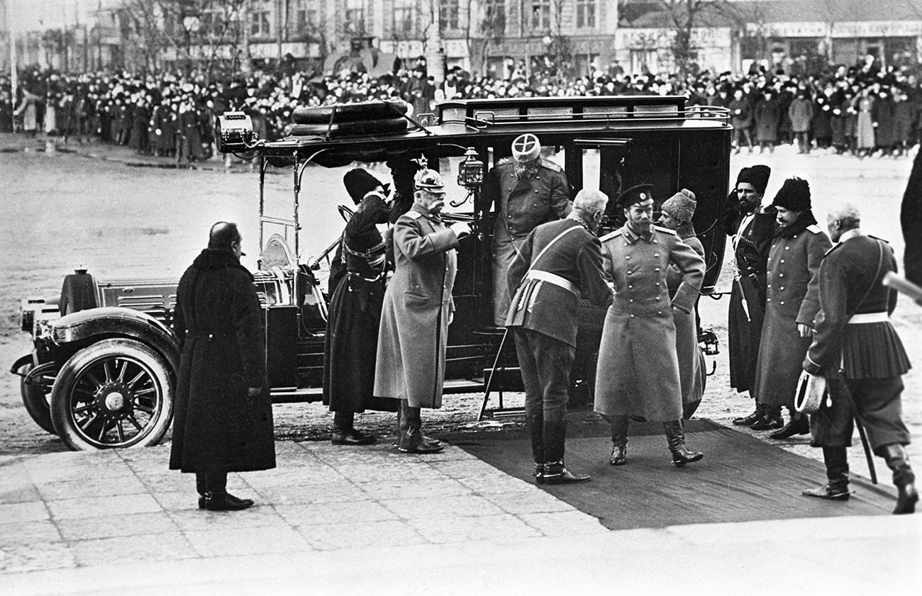 Emperador Nicolás II llega a San Petersburgo para la gala en honor del tercer centenario del establecimiento de la dinastía Romanov, 1913.