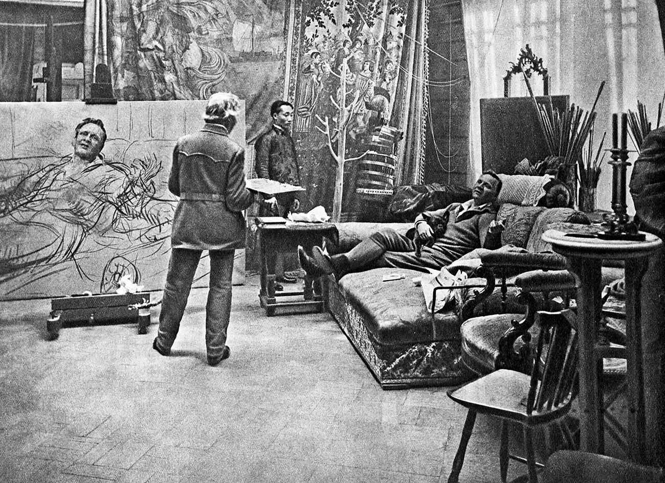Artista Iliá Repin hace el retrato de Fiódor Chaliapin, 1914.