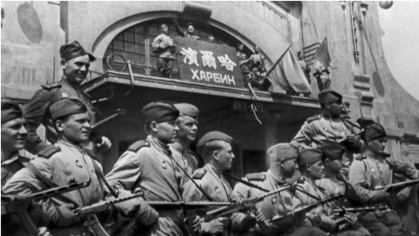 Sovjetski vojaki v kitajskem mestu Harbin leta 1945