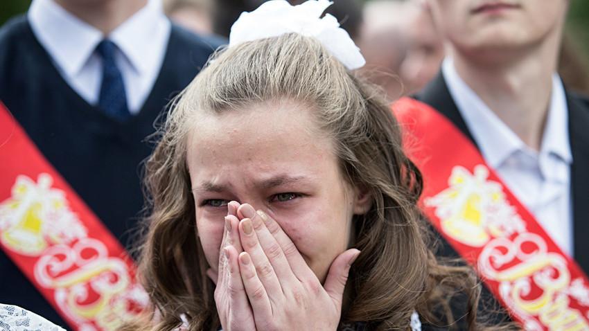 Zakaj jokaš, dekle? Ker je konec šole!