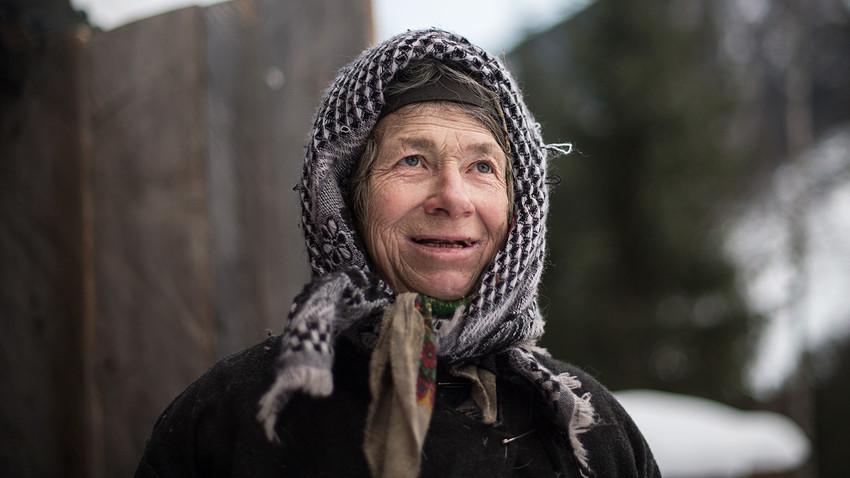 Агафја Ликова, отшелница из староверске породице, чита писмо из Боливије. Старообредничка породица Ликов је крајем 1930-их отишла да живи у тајгу Сајанских планина, где је живела далеко од цивилизације. Открили су је совјетски геолози 1978. године. Агафја је једина преживела из породице Ликов. 2018.