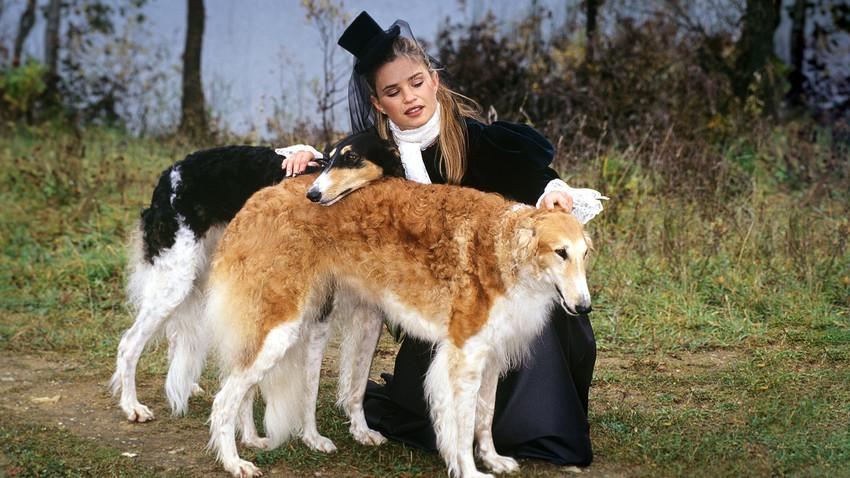 Учесница великог лова у специјално сашивеном скупом костиму из 19. века за лов са руским хртовима.