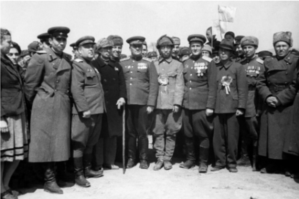 Sovjetski častniki se fotografirajo z lokalnim prebivalstvom po osvoboditvi Mandžurije.