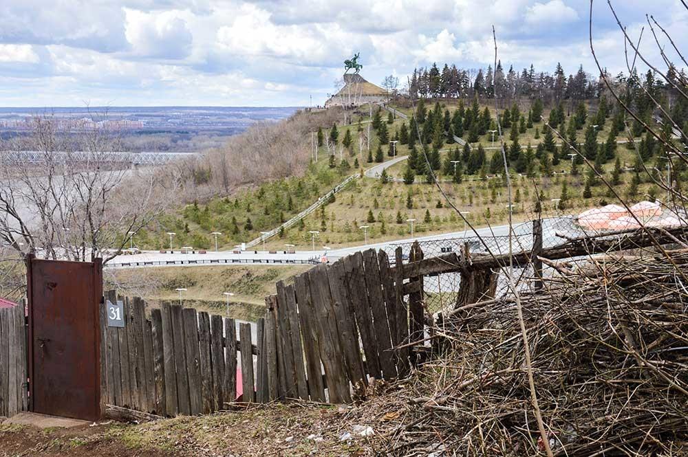 Penunggang kuda raksasa di atas bukit itu adalah Salawat Yulayev, pahlawan nasional rakyat Bashkir.