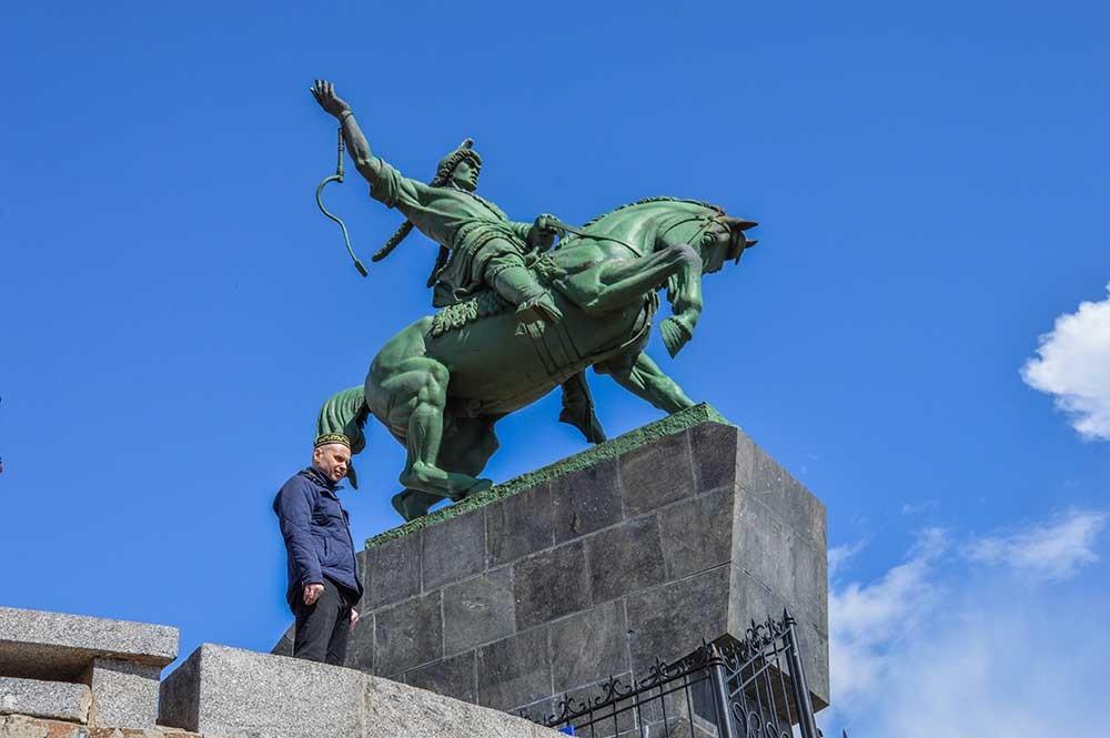 Patung Salavat Yulayev dan seorang pria yang memakai topi khas Bashkir.