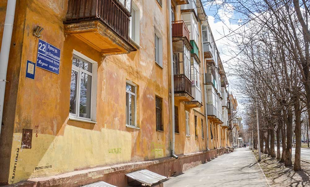 Nama-nama jalan ditulis dalam bahasa Rusia dan Bashkir.