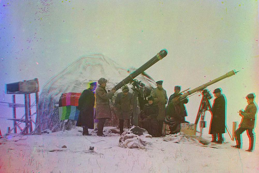 Observando el eclipse de sol el 1 de enero de 1907, cerca de la estación de Cherniáievo en las montañas Tian.