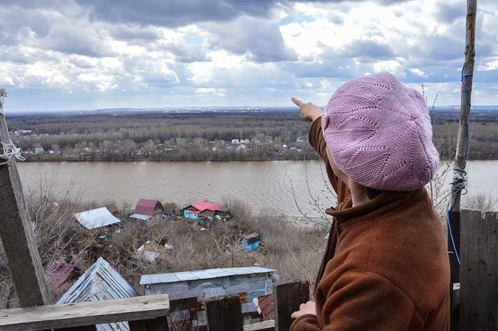 Tyotya Lyuda (zia Lyuda) mostra il panorama dalla sua casa