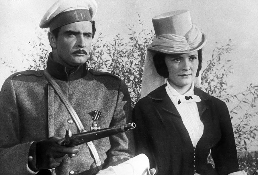 """Leonid Gubanov interpreta Gruchnitski e Karina Chmarinova, a Princesa Mary, em cena do filme """"Kniajna Meri"""" (em tradução livre, """"A princesa Mary""""), baseado em """"O herói do nosso tempo""""."""