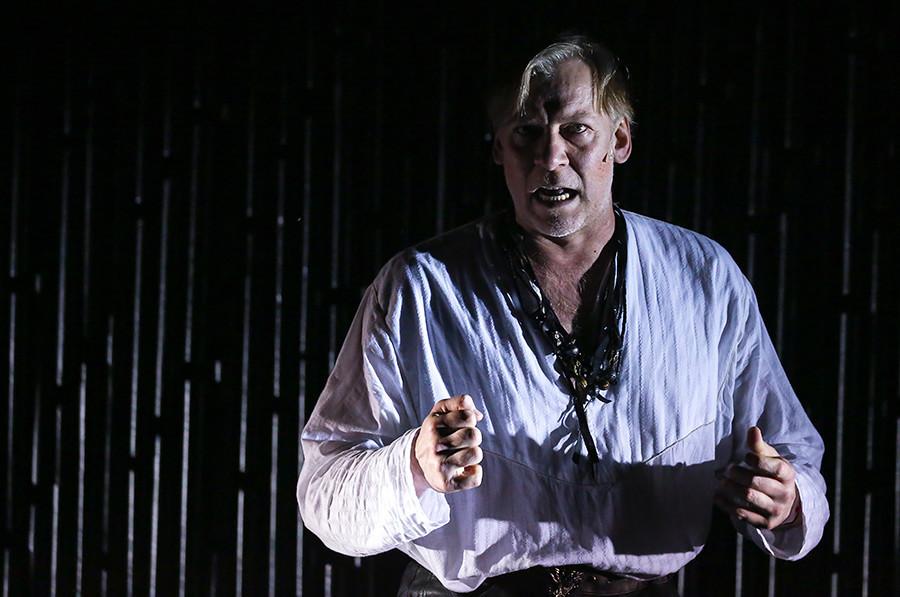 """O ator Víktor Rakov interpreta Komiaga em """"Dia do Opritchnik"""", no Teatro Lenkom, em Moscou."""