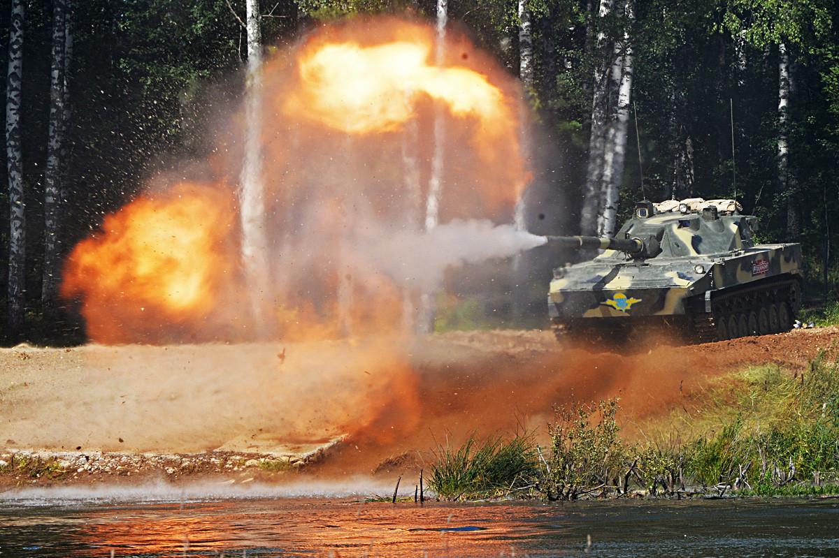 """Самоходни противтенковски топ """"Спрут СД"""" за време динамичне презентације програма у воденом кластеру четвртог Међународног војнотехничког форума """"Армија 2018"""", Кубинка."""