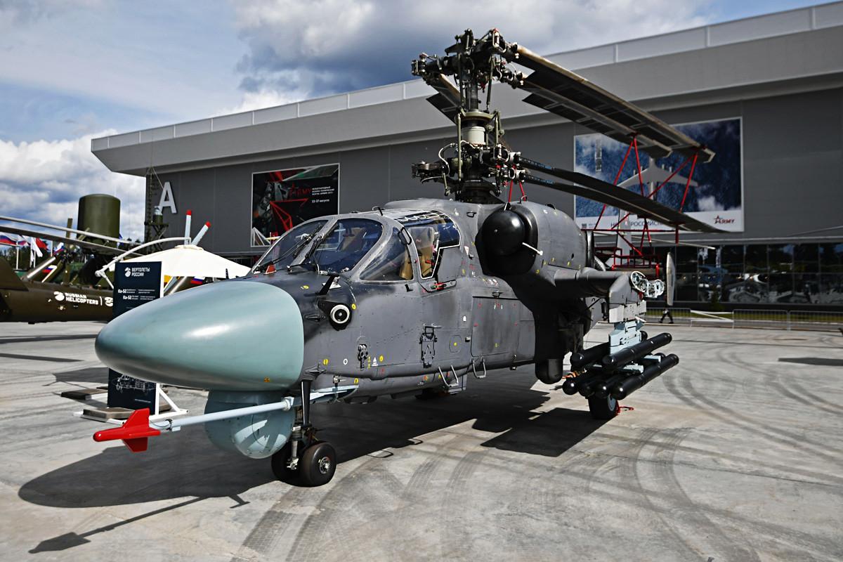 """Хеликоптер Ka-52K на изложби војне технике на Међународном војнотехничком форуму """"Армија 2018"""", полигон Алабино."""
