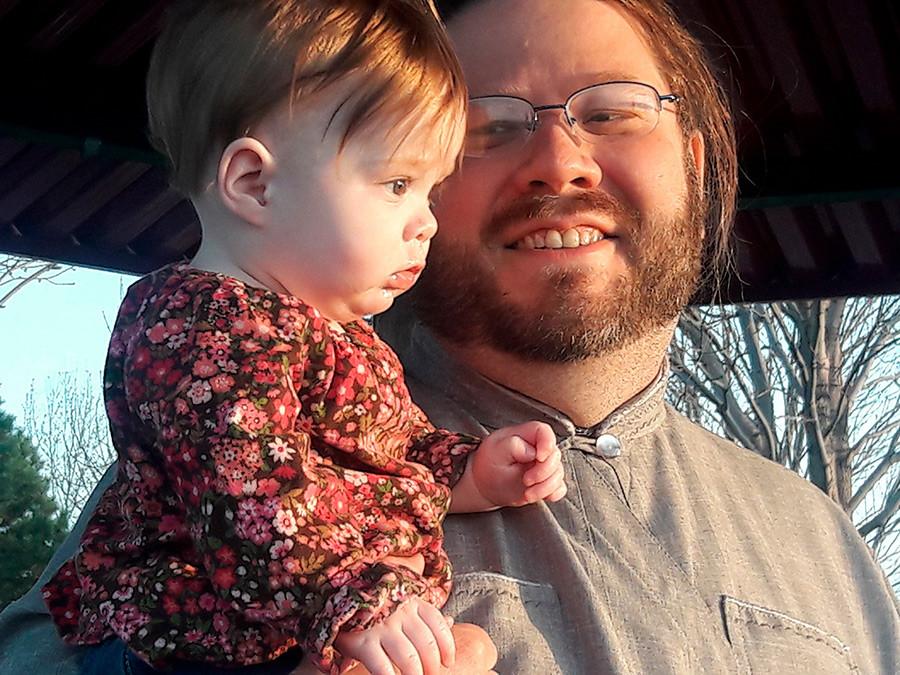 Diakon in Davidov boter, ki je tudi profesionalni fotograf s hčerko na spomladanskem pravoslavnem pikniku,