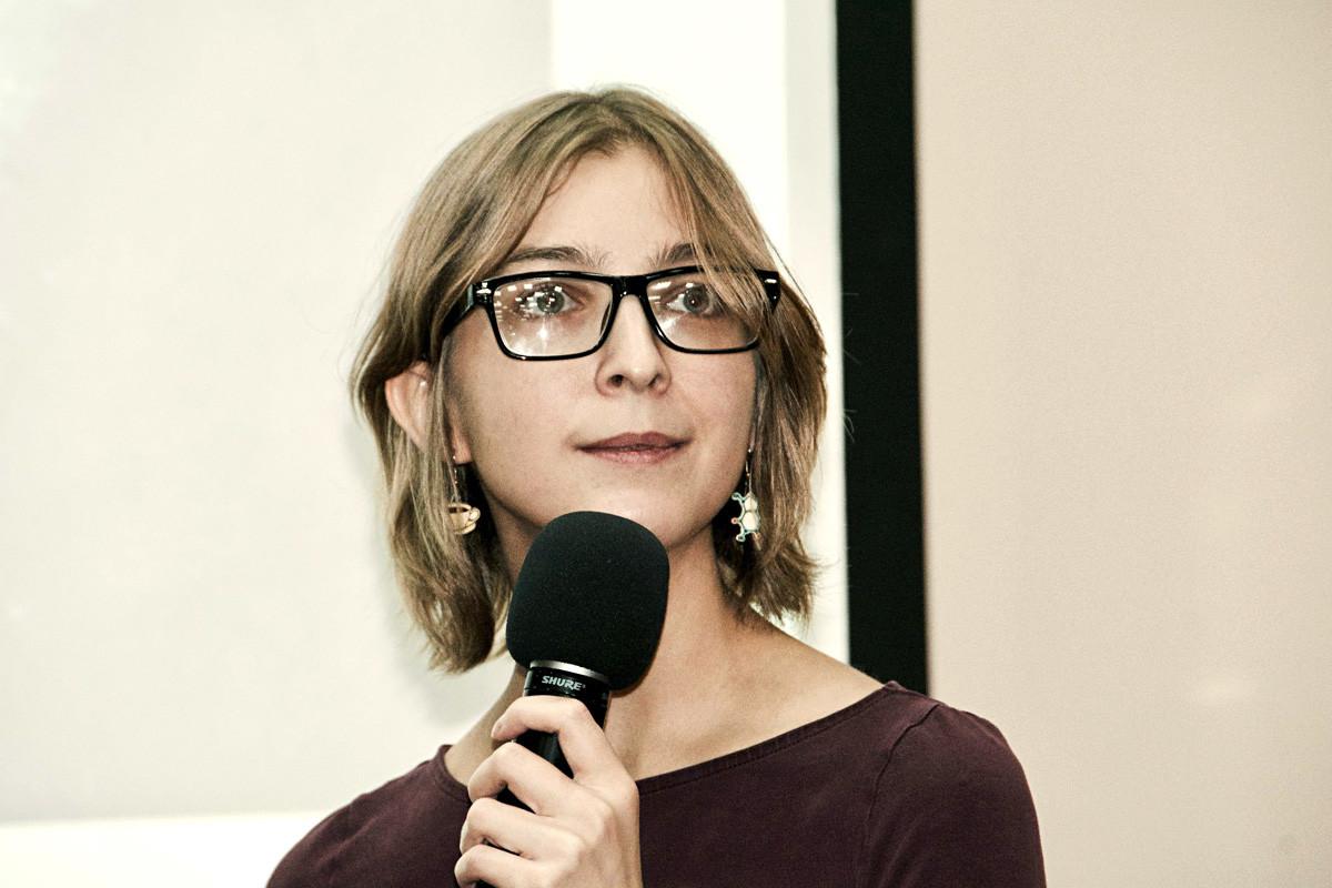 Penulis ilmiah Rusia, Asia Kazantseva, percaya bahwa anak-anak membatasi karier dan peluang pendidikan.
