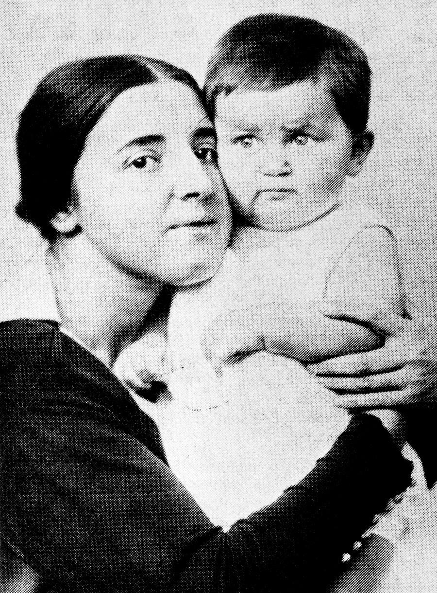 Nadezhda con su hijo Vasili en 1922.