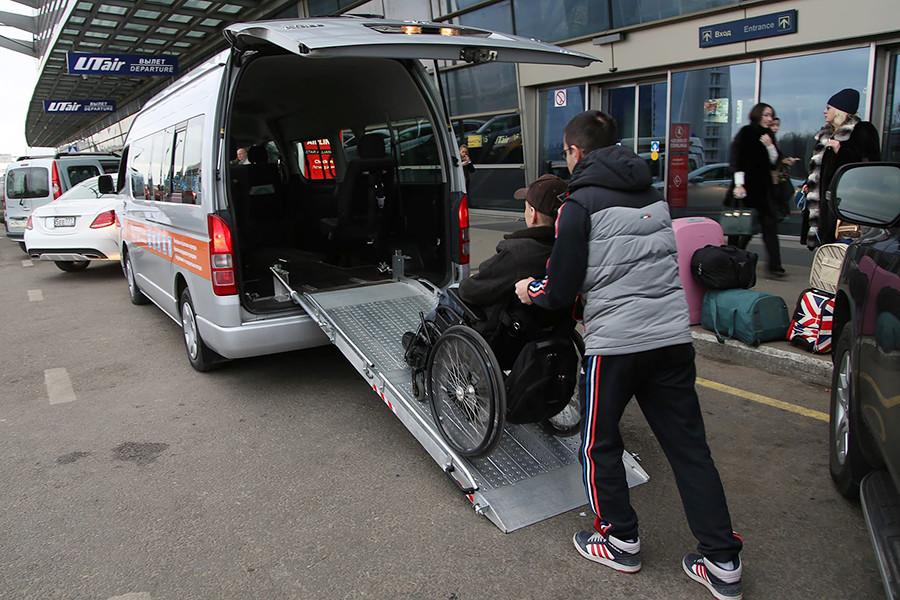 Sebagian besar layanan taksi tak hanya mengatur transfer tetapi juga tur berpemandu.