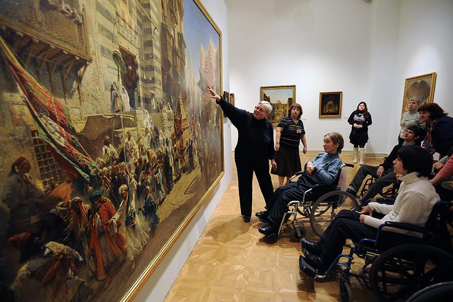 Tur berpemandu yang diselenggarakan oleh Museum Negara Rusia pada Hari Penyandang Disabilitas.
