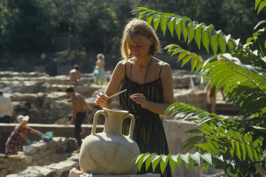 Amphora dari Pulau Rhodes (abad ke-3 hingga ke-2 SM) setelah restorasi, koleksi Museum Arkeologi Gorgippia.