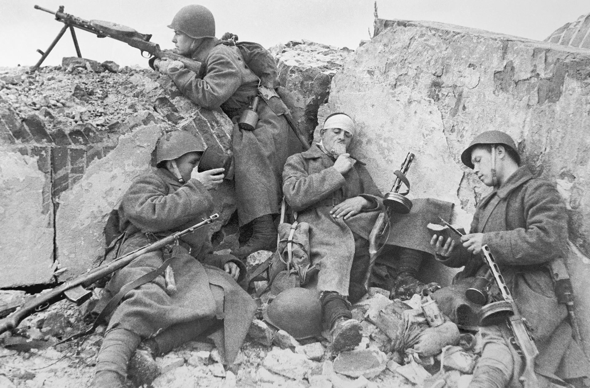 Войници от Червената армия почиват в окопите в редките минути на затишие. Западен фронт