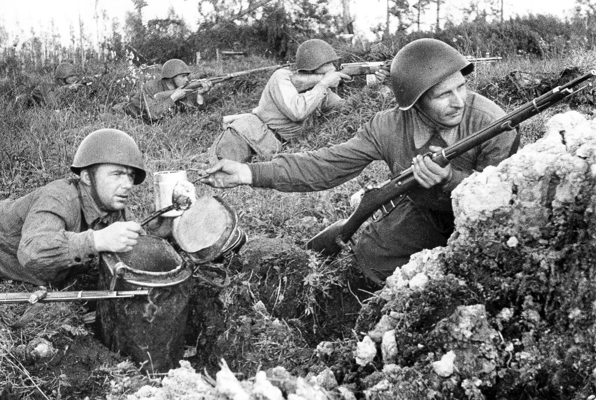 Действаща армия. Готвачът С. Цветков носи обяд на войника И. Конарев.
