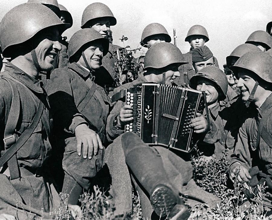 Действаща армия. В минутите за почивка войниците слушат акордеониста Пантахов.