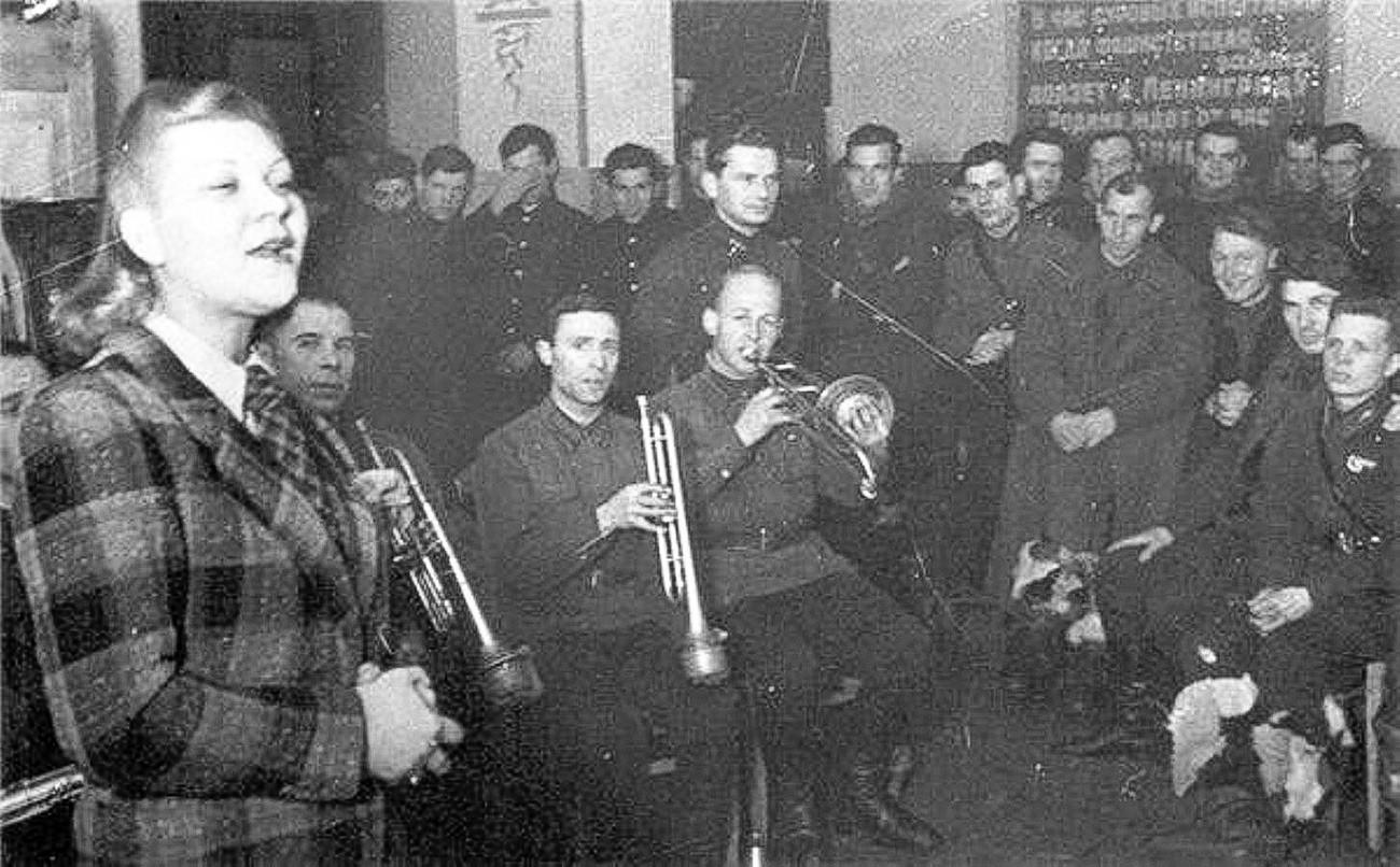 Клавдия Шулженко пее пред войниците. Ленинградския фронт, 1941 г.