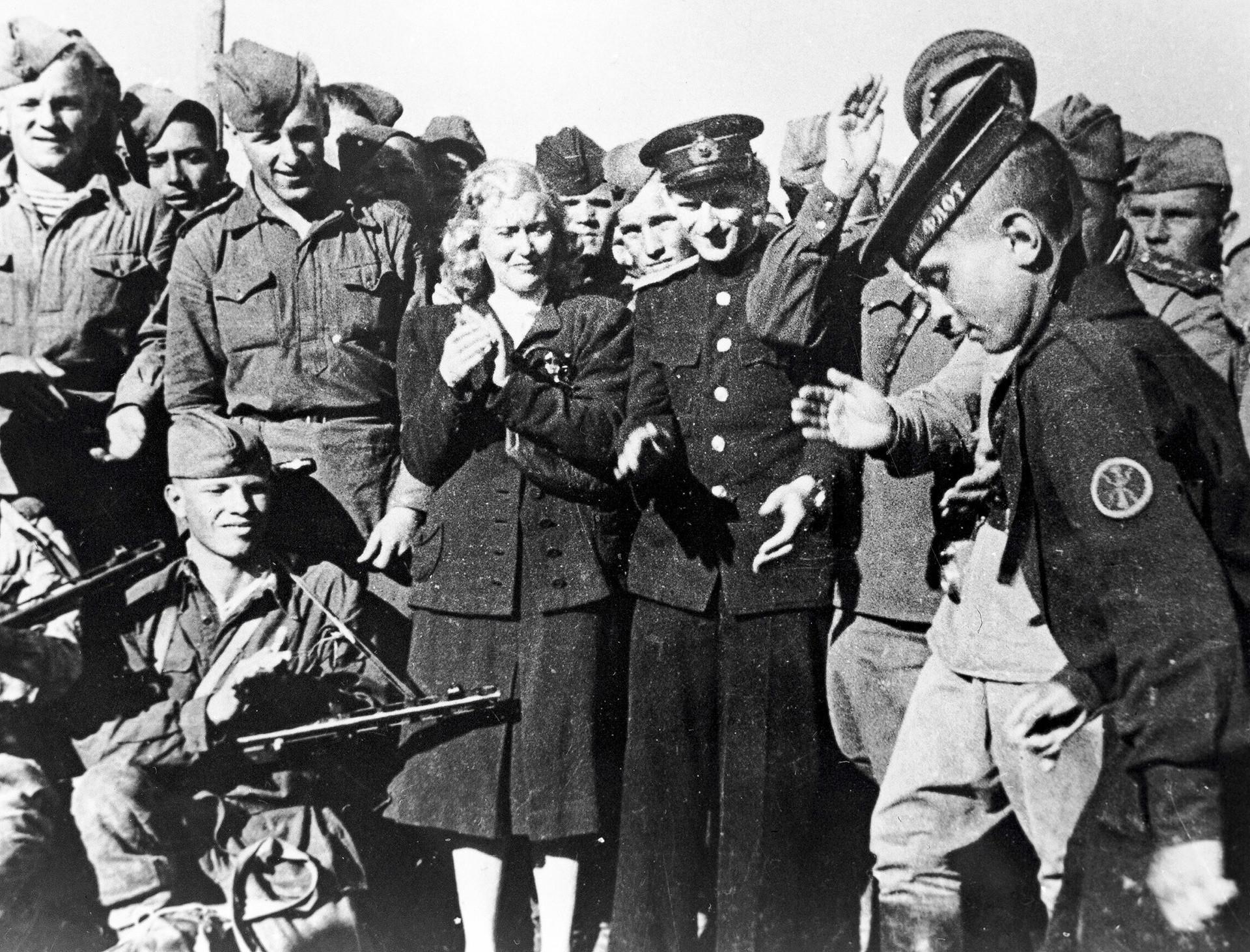 Народната артистка на СССР Любов Орлова (в центъра) на гости на морските пехотинци, 1944 г.
