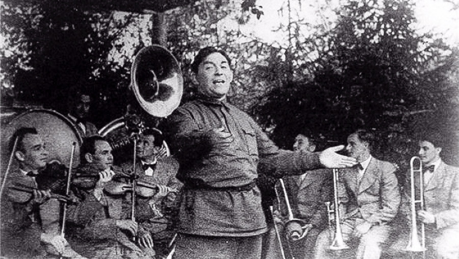 Утьосов пее на фронта, 1942 г.