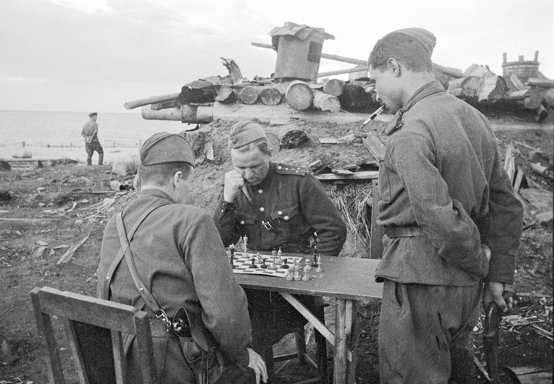 Съветски офицери играят шах на брега на езерото Илмен, 1943 г.